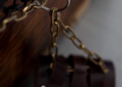 """Photographie du bracelet en cuir relié à la malle de l'énigme éphémère le """"trésor de Pedrosa"""" de fug game live escape Besançon"""